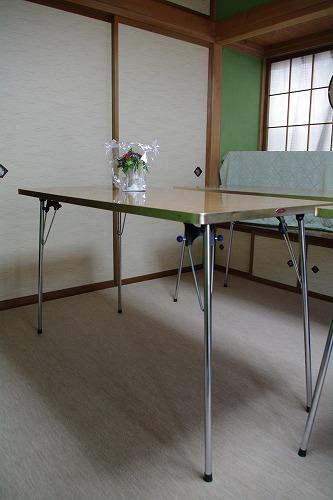 カーペットと高くなった机