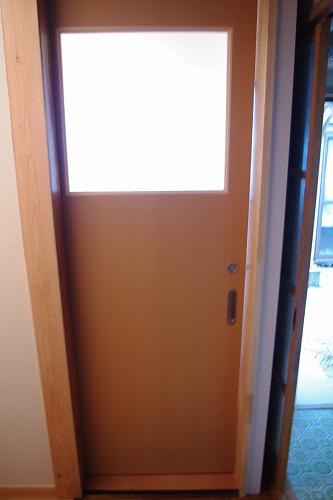 ドアは引き戸に変更